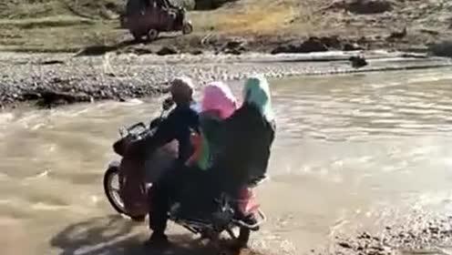 这哥们太过自信了,这么大的水,摩托车搭两个人过河