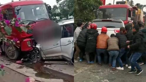 四川宜宾发生一起车祸已致3死4伤 实拍:市民合力抬车救人