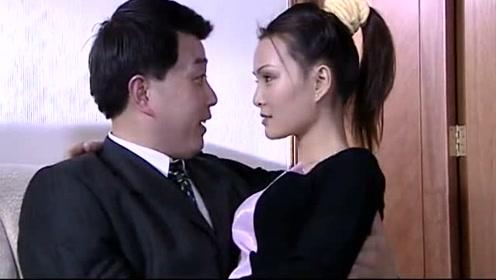 姑娘和老板在家,两人柔情四溢,客厅甜蜜热吻