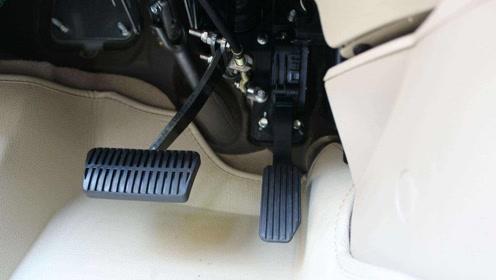 手动挡汽车准备刹车时,离合跟刹车应该先踩哪一个?