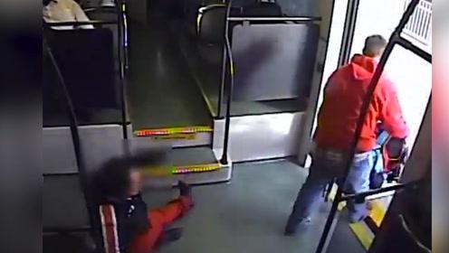 男子火车上疯狂抢夺残疾人轮椅 英雄乘客出手相救