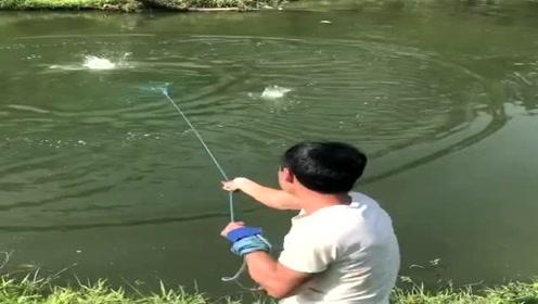 野河里的鱼太多了,小伙子一网下去,把我看呆了!