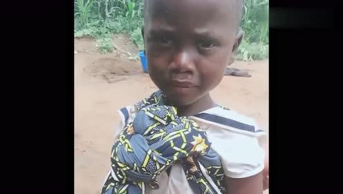 非洲贫民窟的小男孩,他们也会委屈的哭,有颗脆弱的心!