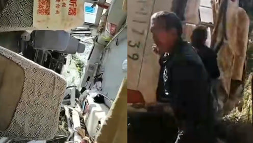 岳阳一客车失控翻下山谷车身凹陷变形满地碎片 致1人死亡21人受伤