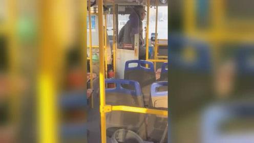 取暖靠抖?公交司机单手开车起身蹦跳 公交公司:已开除