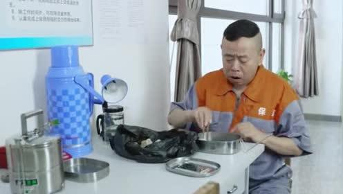 福星盈门:保洁员捡垃圾袋里的饺子吃!边吃边落泪!太可怜了