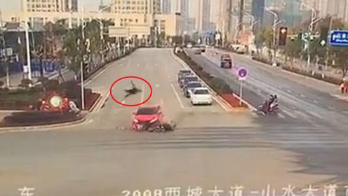 电动车闯红灯斑马线上被撞飞 驾驶人腾空翻转后落地
