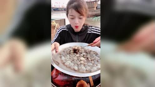 美女吃还珍珠!网友:这得吃多少寄生虫下去!