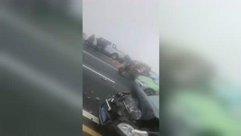 大雾+路面结冰!河北发生18车连环相撞致2人轻伤 现场碎片一地