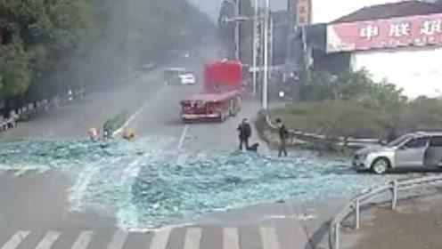 惊险!卡车避让不及,6万斤玻璃砸向骑车人