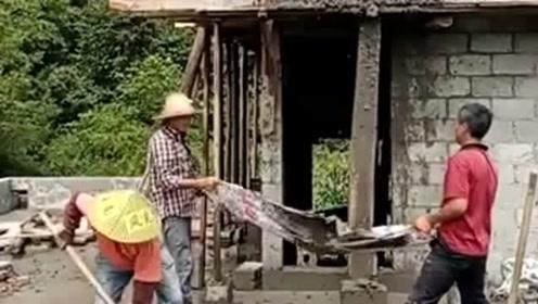 农村大哥太有才了,这往上面运水泥的方法牛了,劳动人民的智慧!