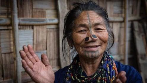 这个部落的女性情愿变丑,竟在鼻子上插木塞!看完颠覆认知