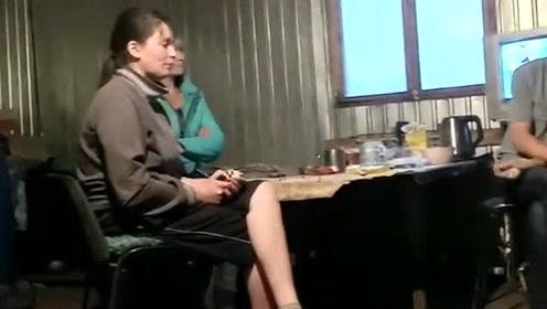 原来这就是俄罗斯的穷人家,大冬天都没有棉袄穿,屋里只有一个小火炉!