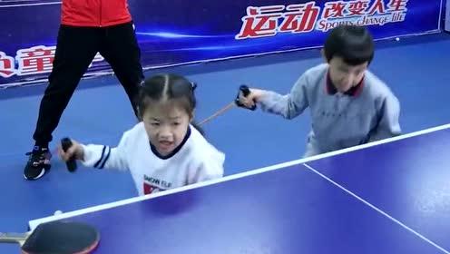 为了练好乒乓球,这么小的孩子就要进行训练,教练还一直在后面盯着!