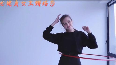 """腰围56厘米!俄罗斯女孩教你用呼啦圈瘦成""""小腰精"""""""