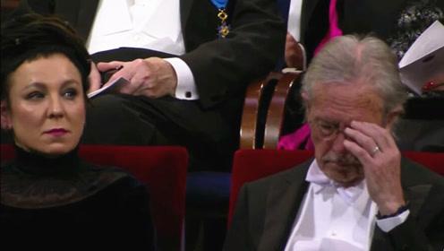 诺贝尔颁奖仪式现场:两届文学奖得主坐一起同领奖