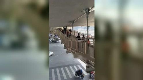 这座天桥太吓人!人流如织摇摇晃晃场面令人不安