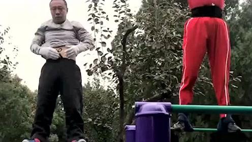 看看公园里的大爷表演绝技,再看看围观的洋人。你说中国人不会功夫他们会信