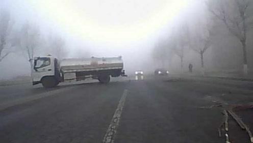 如电影场景!疑大雾天路面翻浆,罐车360度漂移