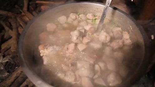 越南姐姐教你做美食,一锅超美味的芋头汤,还配着排骨和虾球