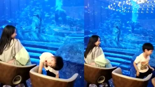 霍思燕与儿子赏鱼欢乐多 嗯哼手舞足蹈放飞自我