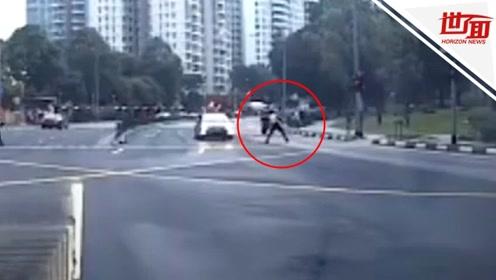 男子骑电动车横穿马路 交警冲出将其一脚踹飞