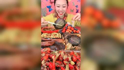 吃货姐看到最爱吃的甲鱼,满脸都是喜悦的笑容