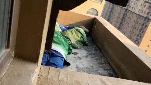 你看不见我?3熊孩子逃学怕被发现,藏17楼阳台一动不动