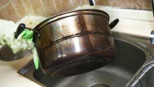 不锈钢锅底烧黑了不用愁,教你不用钢丝球不用搓,轻轻一擦就干净
