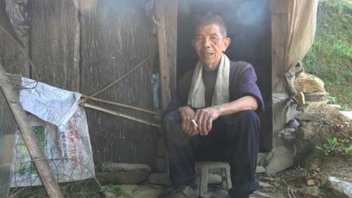 农村75老人孤独十年,儿子20年不回家,每天除了吃饭就是抽烟!