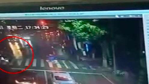 女子雨夜被车撞倒司机逃逸,路过女高中生扶起送医