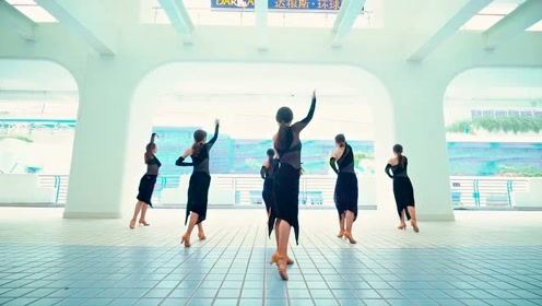 十几个女生一起跳拉丁舞,场面壮观难以置信!