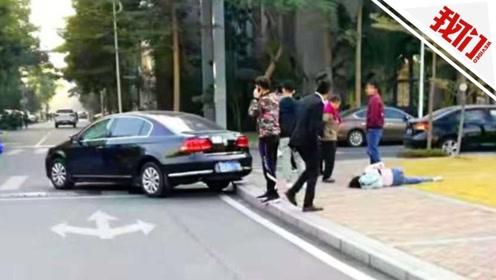 广东一十字路口两车相撞 车身旋转扫飞过路女子