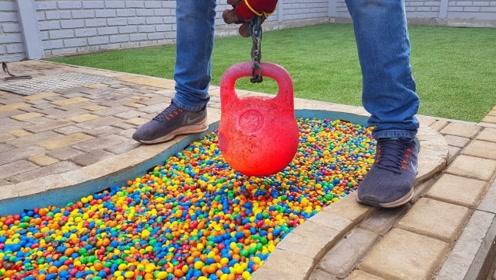将巧克力豆倒满泳池,把火红的壶铃扔进去后,震撼才刚刚开始!