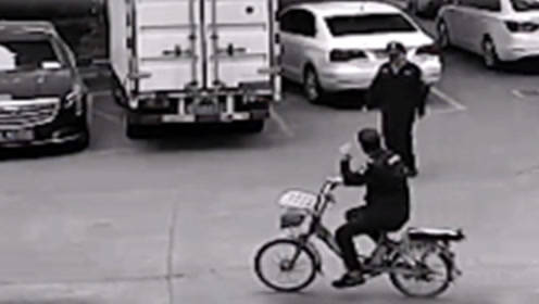 广东佛山一男子乔装保安偷自行车  遇真保安还互相敬礼问好