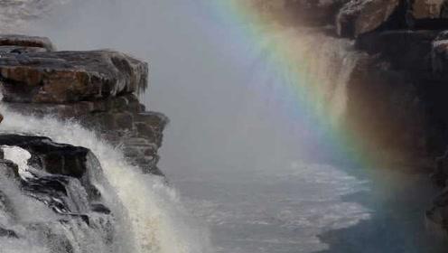 """黄河壶口瀑布冰凌素裹,现""""彩虹戏水""""景观,游客:美极了"""