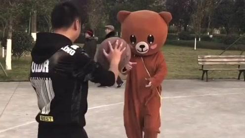 网红熊不会篮球,还在别人面前嘚瑟,这下出糗了吧