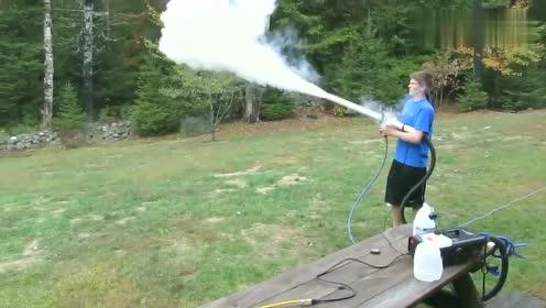 外国小哥自制喷雾机,这个雾好呛人!