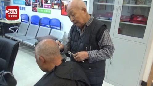 92岁大爷免费为邻里理发30年 搬家后仍倒几趟车回社区为大家服务