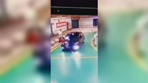 执法人员遭套牌非法揽客小车顶撞!3颗牙齿脱落满脸是血