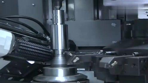 实拍大铁块秒变大齿轮的过程,一机成型,这操作真是太牛了!