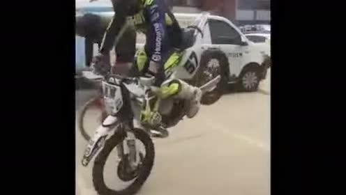 车技大比拼!自行车与摩托车之间的对决!