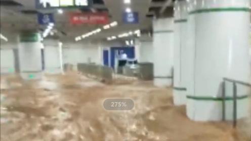 厦门吕厝站附近发生地面陷落,大量积水涌入站内,淹没成人膝盖