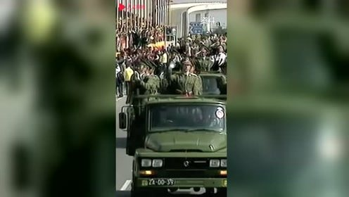1999年解放军进驻澳门珍贵画面曝光,市民在路边高呼欢迎解放军