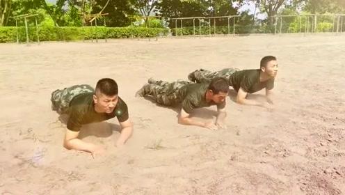 训练场上的倒立训练,让人想起了当年的从军往事,满满的回忆