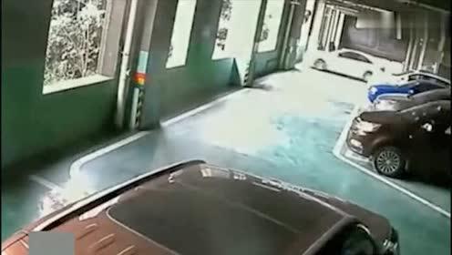 女司机一脚油门踩下去!悲剧了估计以后都不想开车了!