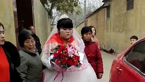 结婚是一件高兴的事情,可是这位新娘脸上一点笑容没有,这是什么情况!