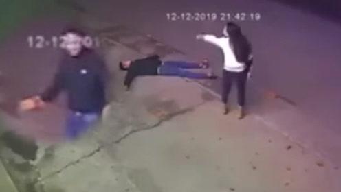 酒醉男砖块砸头求女友谅解!下一秒的连续反转引网友笑喷