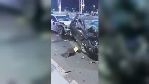 茂名永久桥6车连环相撞 多车遭毁容现场惨烈