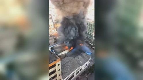 """广西博白一居民楼起火 现场浓烟如""""擎天巨柱"""""""